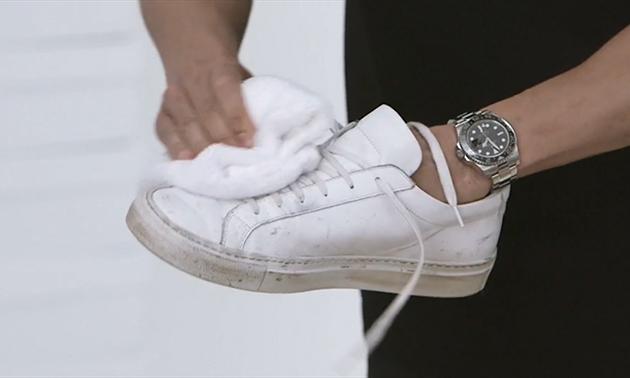 cách làm sạch giày adidas trắng