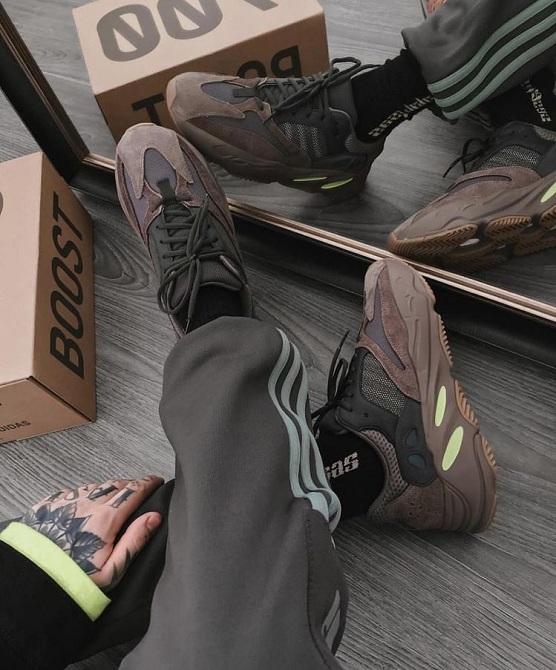 Phối đồ giày Yeezy700 Mauve với quần thun nam thể thao