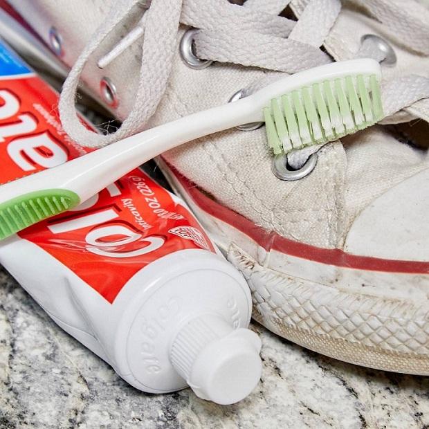Giặt giày converse bằng kem đánh răng