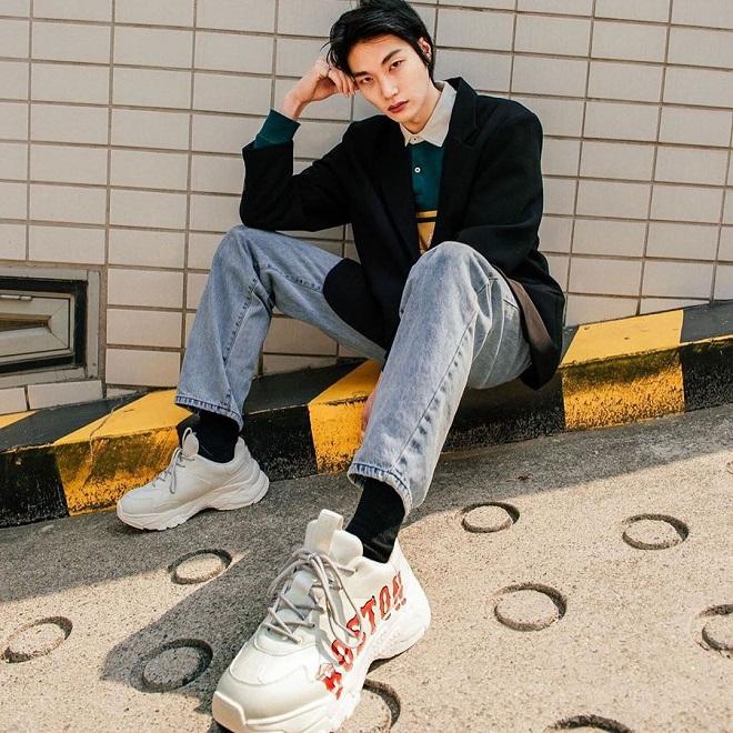 quần jeans nam với giày mlb phối đồ